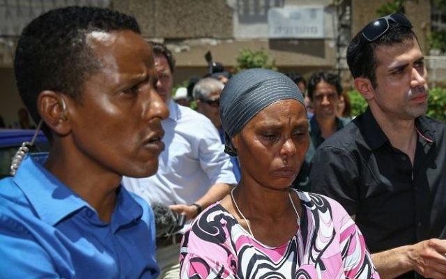 La mère d'Avraham Mengistu (2eme à gauche) lors d'une conférence de presse dans leur maison à Ashkelon, après qu'un embargo ait été levé  sur sa disparition dans la bande de Gaza, le 8 juillet 2015 (Crédit photo : Flash90)