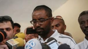Le frère de Avraham Mengistu s'adressant aux médias à leur domicile à Ashkelon, après que l'ordonnance d'obligation de silence sur la disparition de Mengistu dans la bande de Gaza a été levée le 8 juillet 2015 (Crédit : Miriam Alster / Flash90)