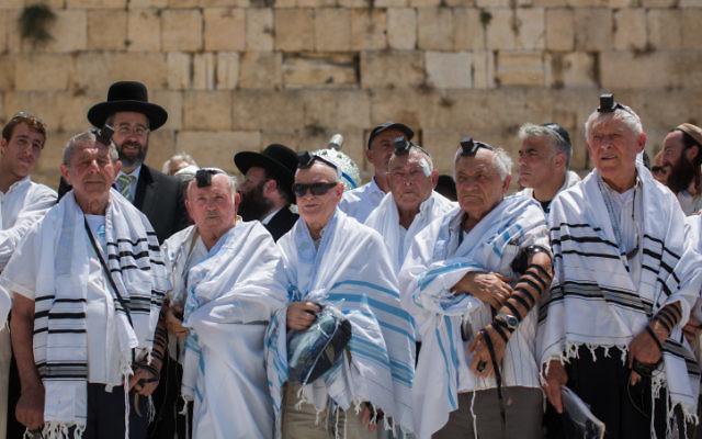Des survivants de l'Holocauste posent pour une photo après avoir fêté leur bar mitzvah tardive au mur Occidental dans la Vieille Ville de Jérusalem, le 13 Juillet, 2015. (Crédit : Yonatan Sindel / Flash90)