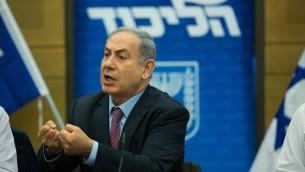 Le Premier ministre Benjamin Netanyahu lors d'une réunion de groupe du Likud à la Knesset, le 27 juillet 2015 (Crédit : Yonatan Sindel / Flash90)