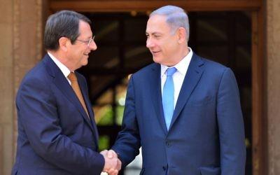 Le Premier ministre israélien Benjamin Netanyahu (d) rencontre le président de Chypre, Nicos Anastasiades, à Nicosie, le 28 juillet, 2015. (Crédit : Photo par Kobi Gideon / GPO)