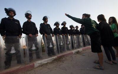 Les forces de sécurité israéliennes affrontent des manifestants à Beit El, le 28 juillet 2015 (Crédit :  Nati Shohat / FLASH90)