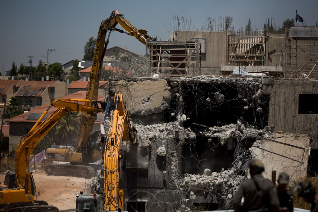Un bulldozer démolit deux bâtiments de l'implantation de Beit El, le 29 juillet 2015 (Crédit : Yonatan Sindel / Flash90)