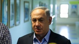 Benjamin Netanyahu s'adresse, le 31 juillet 2015, à des journalistes depuis l'hôpital où est soignée la famille Dawabsha (Crédit : Flash 90)
