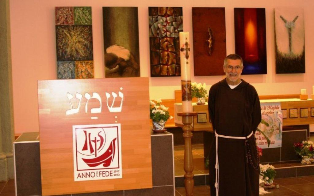 Père Stephano dans la chapelle (Crédit : Shmuel Bar-Am)