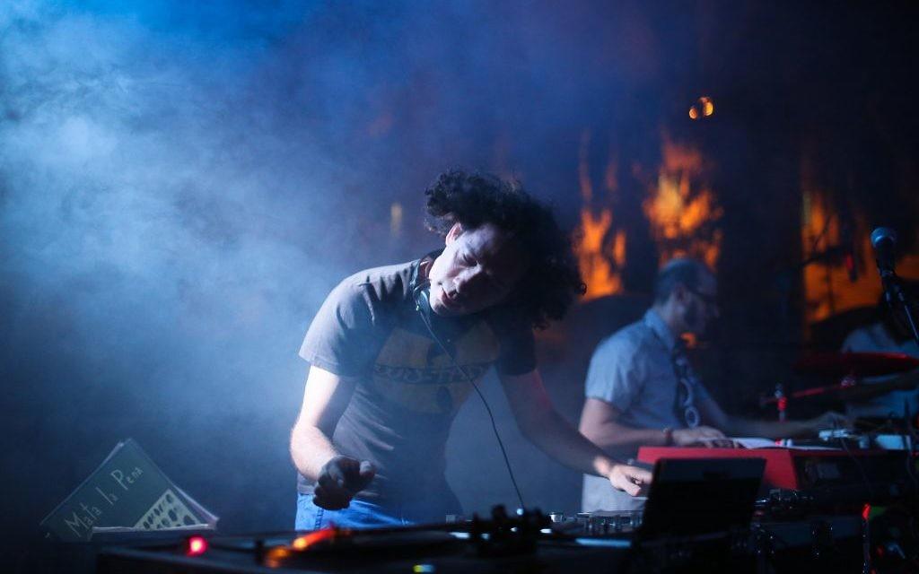Un des artistes se produisant à l'événement Frontline, pendant la Saison de la Culture de Jérusalem (Crédit : Saison de la Culture de Jérusalem)