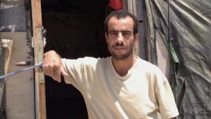 Mahmoud Nawajah se tient devant sa maison à Susya, le 19 juillet 2015 (Crédit : Elhanan Miller / Times of Israël)