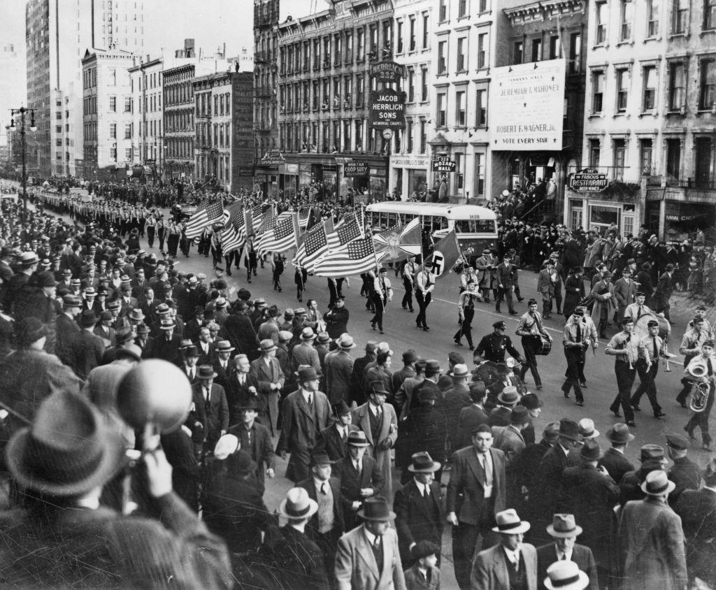 Le Bund germano-américain défilant à travers New York City en 1939 (Crédit : Domaine public)