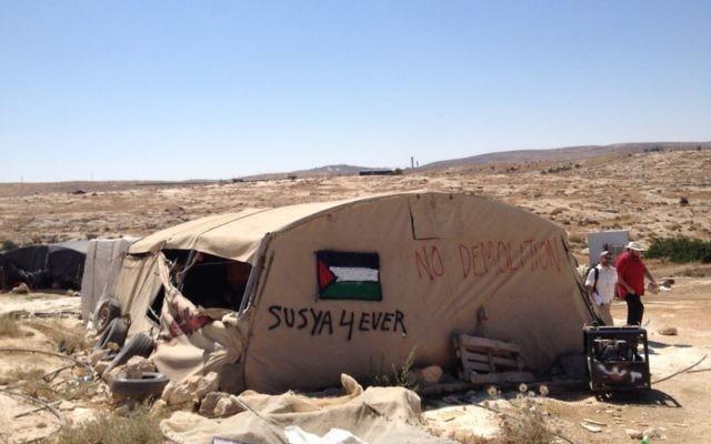 Une tente dans le village de  Susya, le 19 juillet 2015 (Crédit : Elhanan Miller/Times of Israel)