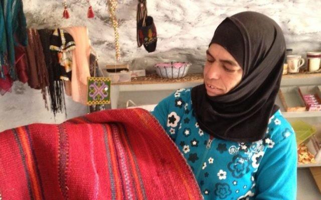 Widad Nawajah montre un tapis tissé à Susya, le 19 Juillet, 2015 (Crédit : Elhanan Miller / Times of Israel)
