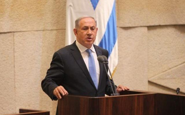 Le Premier ministre Benjamin Netanyahu parle à la Knesset lors de la cérémonie d'assermentations dans le nouveau gouvernement, le 14 mai 2015 (Crédit : porte-parole de la Knesset)