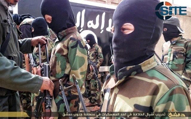 """""""Les lionceaux du Califat."""",  des enfants recevant une formation militaire des militants de l'Etat islamique dans un camp près de Damas, en Syrie, le 6 décembre 2014 (Crédit : SITE Intel Group)"""