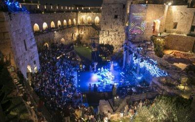 Phot d'un  concert au cours du Festival de Musique Sacrée de 2014 dans la tour de David de la Vieille ville (Crédit : Michal Fattal)