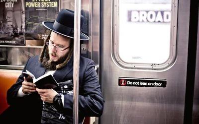 """Un Juif ultra-orthodoxe dans le métro de New York: """"La vitalité de la vie culturelle juive de New York a m'a epoustouflé""""  (Andrew Bayda / Shutterstock)"""