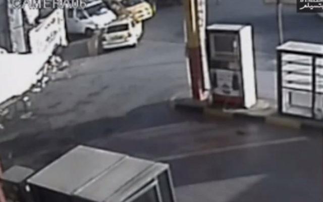 Des images de caméras de sécurité qui prétender  montrer  que le colonel Yisrael Shomer tirent sur Muhammad al-Kasbeh (Capture d'écran: YouTube, btselem)