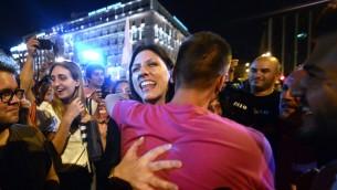 La présidente du Parlement grec et membre du parti Syriza, Zoe Kostantopoulou (au centre) donne l'accolade à un partisan du «NON» , devant le  Parlement à Athènes le 5 Juillet 2015 (Crédit photo: Louisa Gouliamaki/ AFP PHOTO)