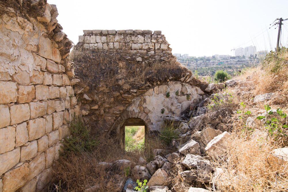 Exploration de Lifta pendant le Festival In House (Crédit : Saison de la Culture de Jérusalem)