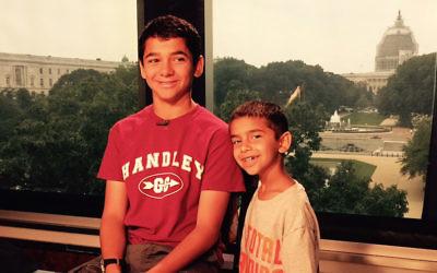 Joseph Rosenfeld (à gauche), et son frère, Adam, au studio Fox & Friends à Washington, DC, le 9 juillet 2015 (Crédit : Scott Rosenfeld)