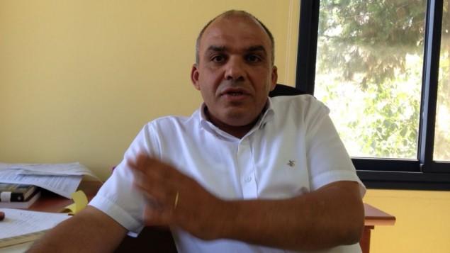 Dr Nizar Ayoub au bureau du groupe des droits civiques Al-Marsad à Majdal Shams, le 8 juillet 2015 (Crédit : Elhanan Miller / The Times of Israël)