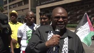 Obed Bapela , un ministre adjoint au bureau du président sud-africain Jacob Zuma, qui a menacé de poursuivre les étudiants qui ont visité Israël (Capture d'écran Youtube)