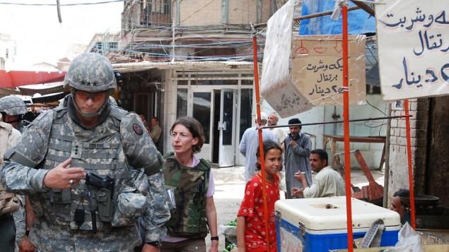 Emma Sky et le général Ray Odierno, à Bagdad en 2007 (Droits :  Curt Cashour)