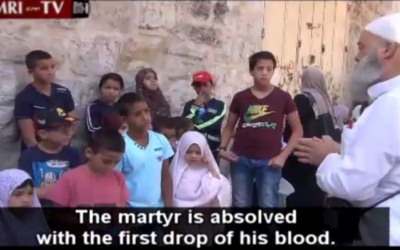 Un cheikh dans la Vieille Ville de Jérusalem enseignant aux enfants les gloires du martyre le 27 juillet 2015 (Crédit : Capture d'écran Institut de Recherche Médiatique du Moyen-Orient)