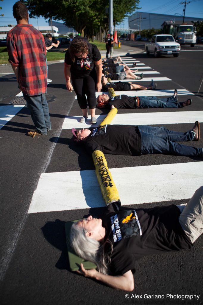 Beaucoup des manifestations de Voice for Peace sont influencées par le mouvement BDS. Ici, un «die-in» contre Boeing à Seattle, le 28 juillet 2014. (Crédit : Alex Garland )