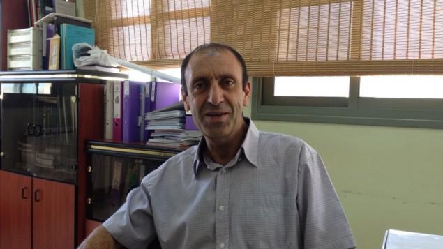 Dr Taisseer Maray,le directeur du Golan pour le développement des villages arabes, à son bureau de Majdal Shams, le 8 juillet 2015 (Crédit : Elhanan Miller / Times of Israël)