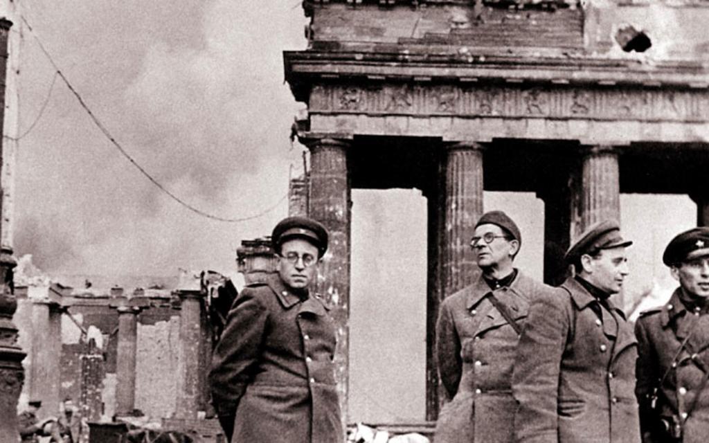 Vassili Grossman (à gauche), un célèbre écrivain juif soviétique et journaliste (Crédit : Autorisation de Yad Vashem)