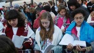 Eliza Moss-Horwitz, Lucy Sattler et Alexandra Schwartz prient avec les Femmes du Mur en janvier 2014 (Photo: Autorisation  deMoving Traditions)