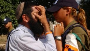 Un résident juif face à une femme soldat qui l'a forcé à évacuer sa maison dans l'implantation juive de Ganei Tal, dans le Gush Katif, le 17 août 2005. (Crédit : Yossi Zamir/Flash90)