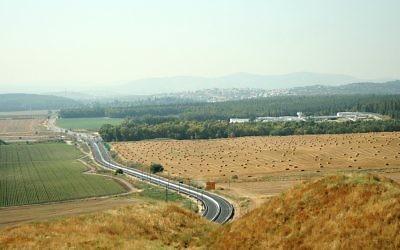Le carrefour de Megiddo, dans le nord d'Israël. Legio, le site d'un camp militaire romain des deuxième et troisième siècles de notre ère, a été retrouvé dans le champ de droite. (Crédit : CC BY-SA Golf Bravo, Wikimedia Commons)