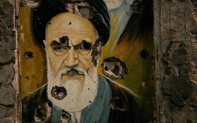 Des traces de balles sur le portrait de l'ayatollah Khomeini - le fondateur de la République islamique de l'Iran-  peint sur un mur à Bent Jbail au Liban (Crédit :  Spencer Platt / Getty Images, via JTA)