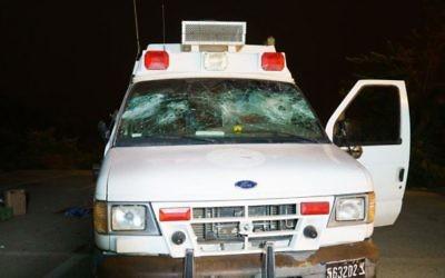L'ambulance militaire attaquée par des résidents druzes israéliens dans le Golan lorsqu'elle transportait des blessés de guerre syriens pour être soignés en Israël, le 22 juin 2015 (Crédit photo: Basel Awidat / Flash90)