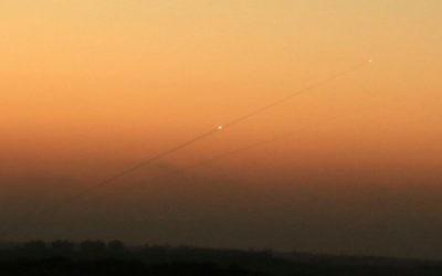 Une traînée de fumée d'une roquette palestinienne lancée depuis la bande de Gaza en direction de la ville israélienne d'Ashkelon, le 24 août 2014 (Crédit photo: Edi Israel / Flash90)