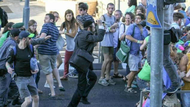 Les participants de la Gay Pride à Jérusalem fuient l'homme au couteau, Yishai Schlissel, le 30 juillet 2015. (Crédit : Koby Shotz)