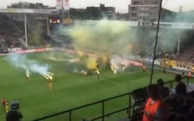 Bombes fumigènes jetées sur le terrain par les fans de club de football Beitar Jérusalem au cours d'un match contre l'équipe belge Sporting Charleroi, jeudi 16 juillet 2015. (Capture d'écran : Ynet)