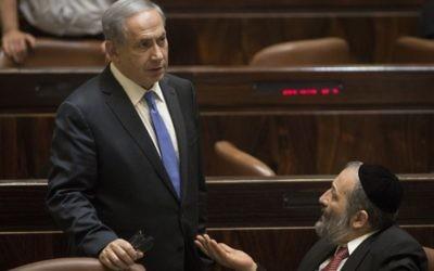 Le Premier ministre Benjamin Netanyahu avec Aryeh Deri à la Knesset , le 29 juin 2015 (Crédit photo: Hadas Parush / Flash90)