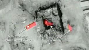 Les flèches pointant vers des éléments clés de l'installation nucléaire de la Syrie après qu' Israël a bombardé le site en 2008. (Crédit : Capture d'écran YouTube)