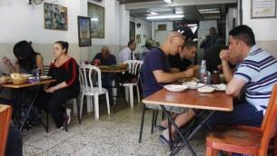 Des clients du restaurant  Salimi se délectent de généreuses portions de riz à la viande pendant que l'accord nucléaire de l'Iran était annoncé à Vienne (Photo: Judah Ari Gross / Times of Israel)