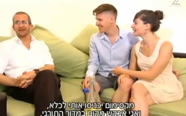 Le rabbin Charles Davidson, avec Naftali et Michal Segev, dont le mariage halakhique  a effectué illégalement, en dehors du cadre du rabbinat israélien (Capture d'écran: Deuxième chaîne)