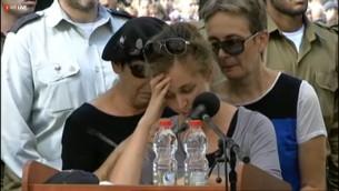 Edna Sarusi parle à l'enterrement de son fiancé Hadar Goldin le dimanche 3 août 2014 (Capture d'écran: Ynet)