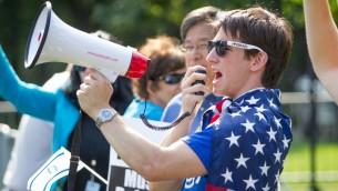 Elliot Hamilton, un leader étudiant pro-israélien du campus de Claremont en Californie, s'adressant à la foule lors d'un rassemblement de soutien à Israël à Boston lors de l'opération Bordure protectrice ( Photo: Elan Kawesch)