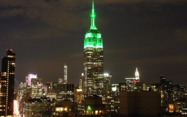 L'Empire State Building de  New York s'illumine de vert 17 juillet 2015 pour célébrer la fête de l'Aïd al-Fitr qui marque la fin du Ramadan. (AFP PHOTO / BRIGITTE DUSSEAU)