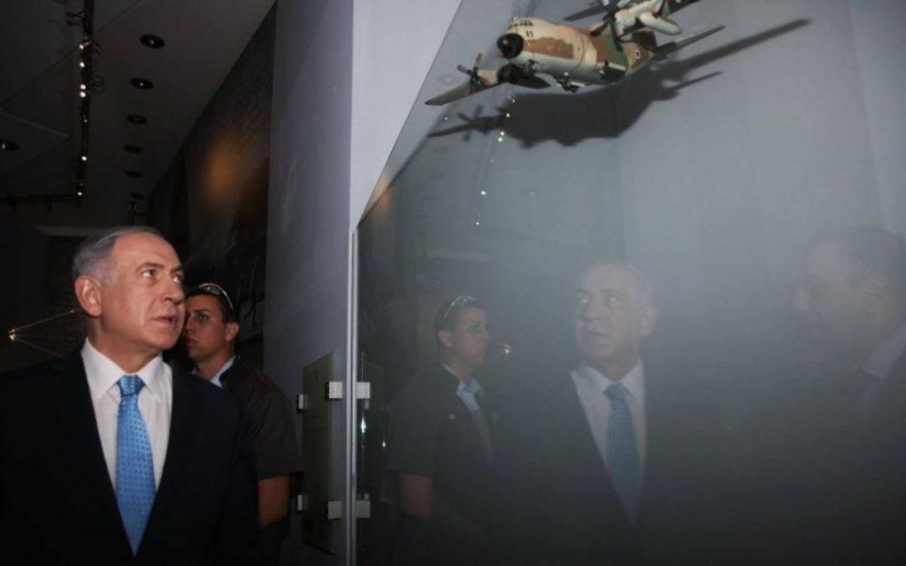 Le Premier ministre Benjamin Netanyahu visitant l' exposition sur Entebbe au Centre Rabin le 9 juillet 2015. Son frère Yoni a été tué dans la mission de sauvetage des otages en  1976  (via Facebook)
