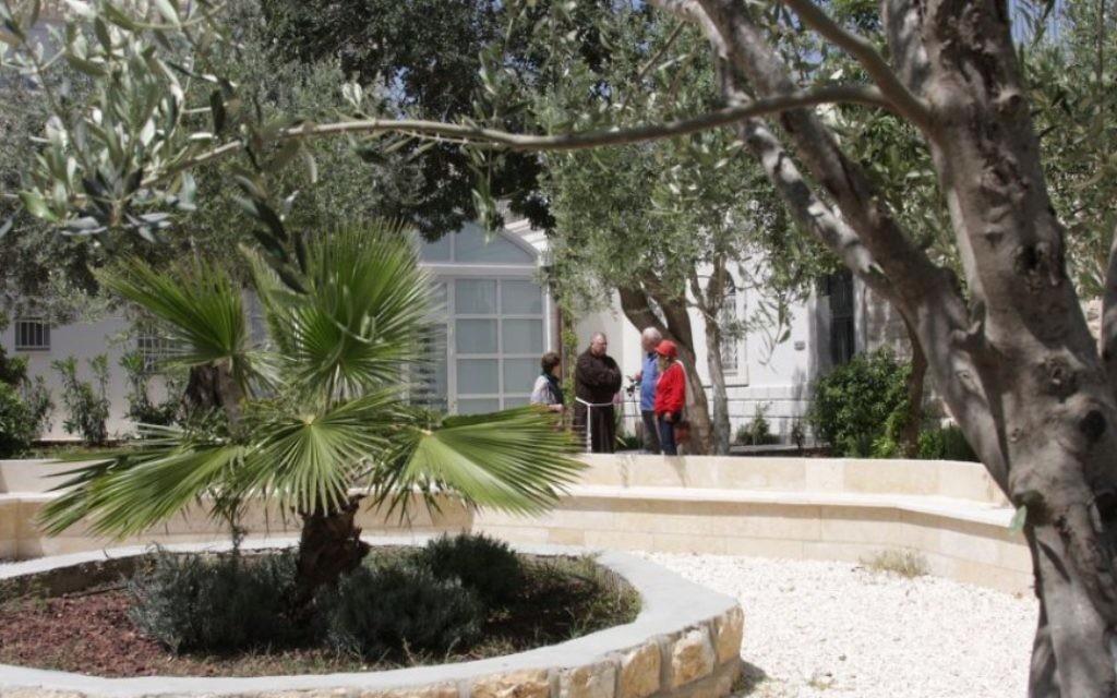 Dans le jardin du couvent des Capucins, à Jérusalem (Crédit : Shmuel Bar-Am)