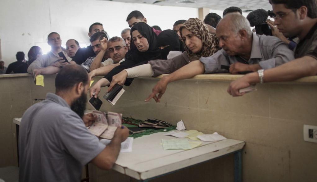 Des Palestiniens se rassemblent à la frontière de Rafah, dans le sud de la bande de Gaza, où ils attendent l'autorisation d'entrer en Egypte, le 12 juin 2015. (Crédit : Flash90/AAED Tayeh)
