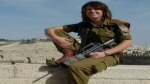 Gill Rosenberg en uniforme de l'armée israélienne (Crédit : Capture d'écran Deuxième chaîne)