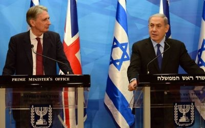Le ministre britannique des Affaires étrangères Philip Hammond (à gauche) et Benjamin Netanyahu à Jérusalem le 16 juillet 2015 (Crédit photo: Haim Zach / GPO)