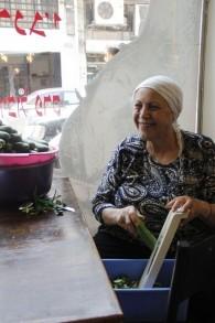 Moluk Hanasa, 65 ans, la co-propriétaire du restaurant Shamshiri , rue Nahalat Binyamin, veut être optimiste que l'Iran ne va pas utiliser leur énergie nucléaire à des fins non militaires (Photo: Judah Ari Gross / Times of Israel)